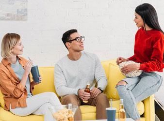 Zeichen Nr. 4: Deine Ex erkundigt sich bei Freunden nach Dir.